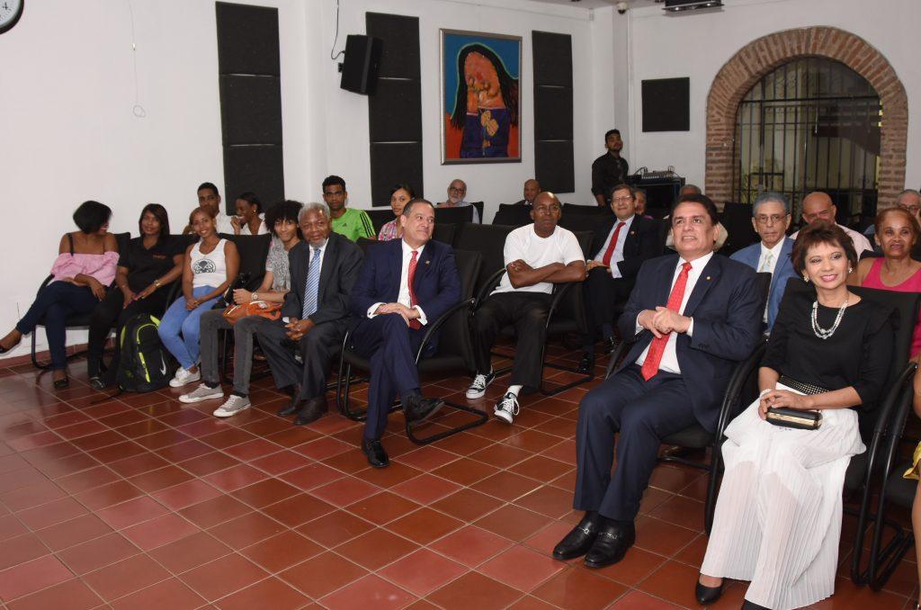 Rienzi Pared Pérez, Pedro Sánchez, embajador de Paraguay en República Dominicana, y Juan Freddy Armando, director del Centro Cultural Banreservas, les acompaña Stella Rondón, esposa del diplomático