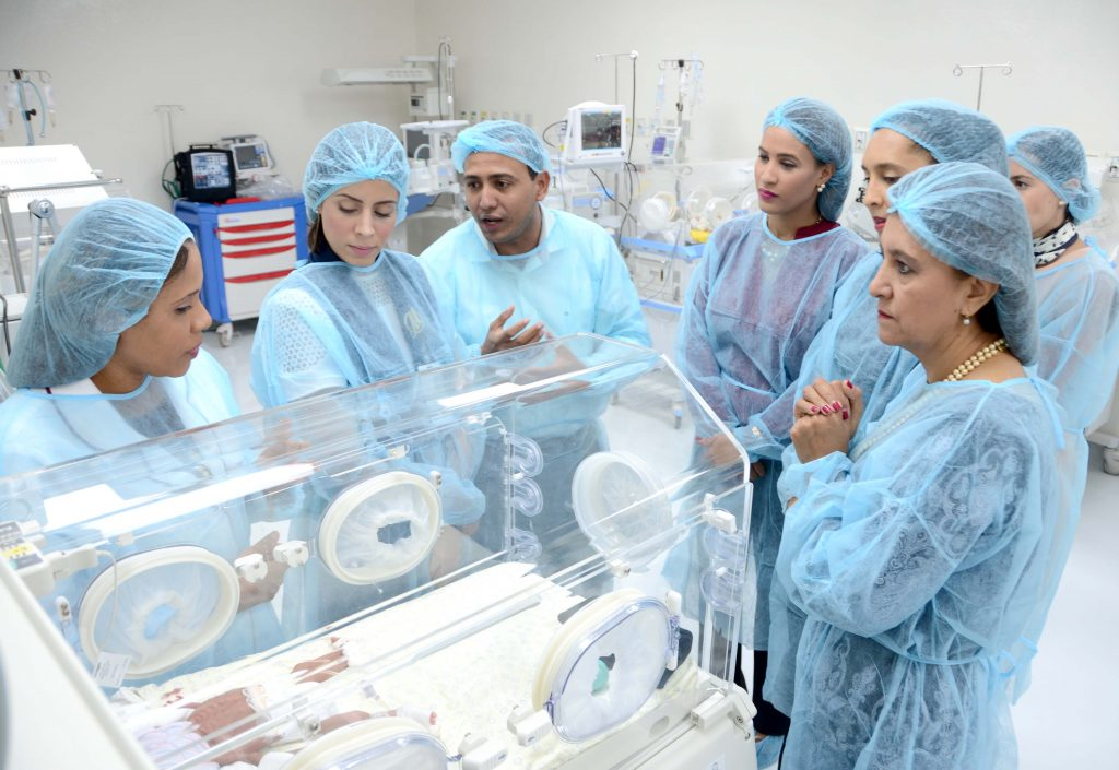 Personal de las diferentes instituciones visitan Area Cuidados Intrensivos Neonatales equipada por Project HOPE.