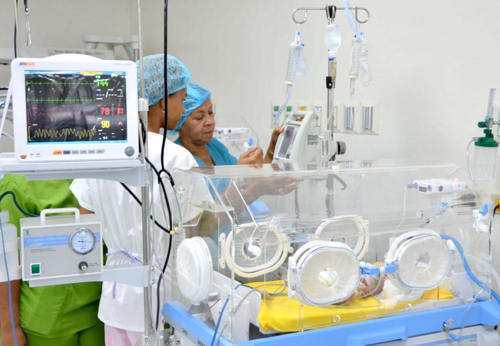 – Profesionales mientras trabajan en el área de neonatología de la Maternidad San Lorenzo de Los Mina.