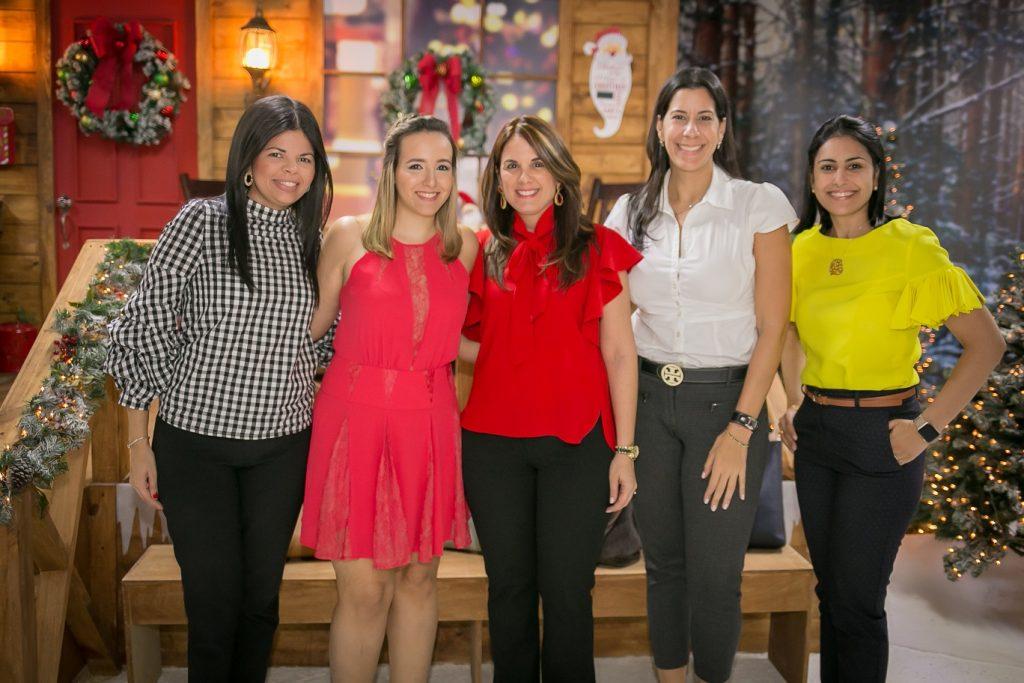 Carolina Molina, Priscila Diep, María Lovatón, Patricia Mella y Larissa Dumé.