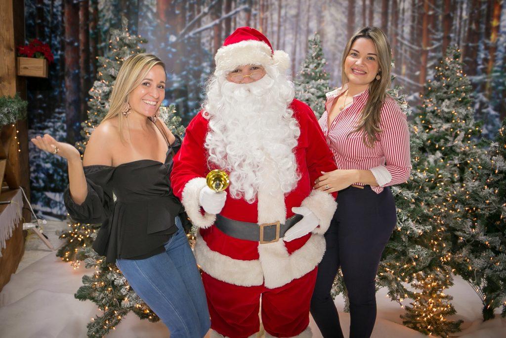 Aura Rosa y Jessyca Wajntraub junto a Santa Claus.
