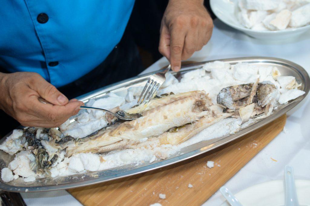 Chef Franco Franzin sirve Lubina a la Sal (1)