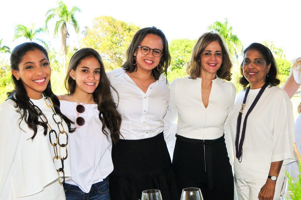Laura García, María Isabel Silverio, Sara Tanzi García, María Isabel de Silverio y María Esperanza García.