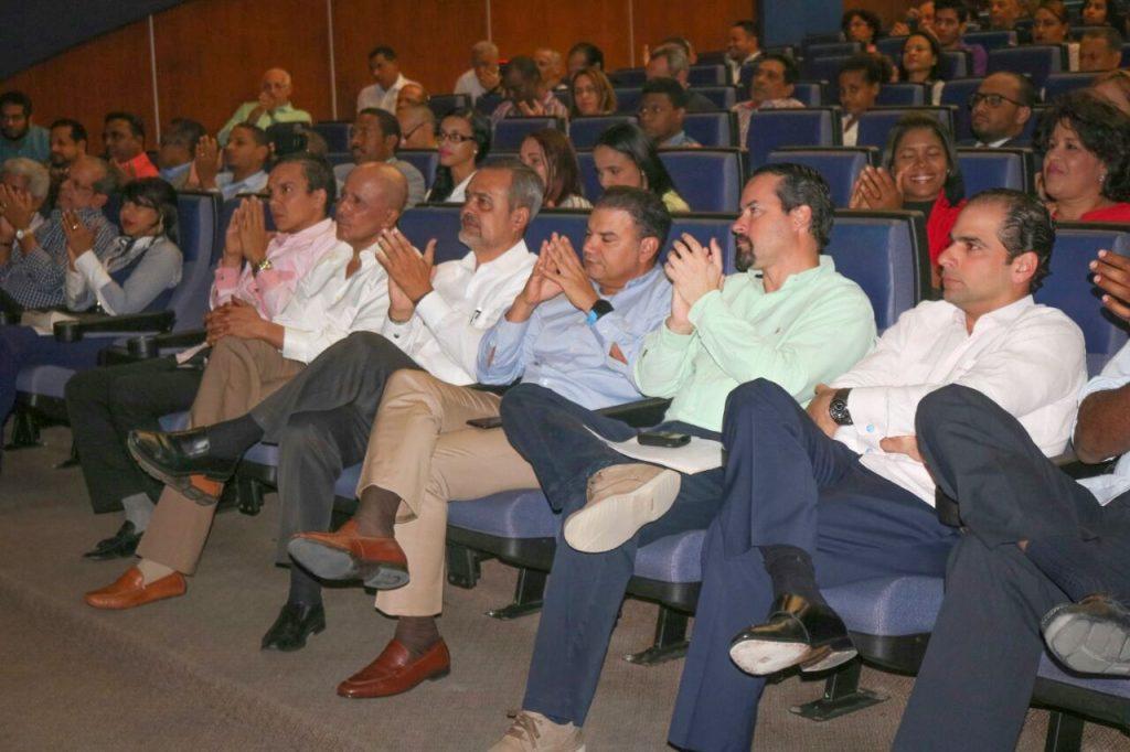 Parte del público presente en la charla y la juramentación de Adompretur Higuey