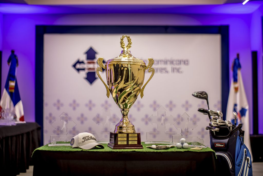 La gran copa del XIV torneo de golf de ADOEXPO.