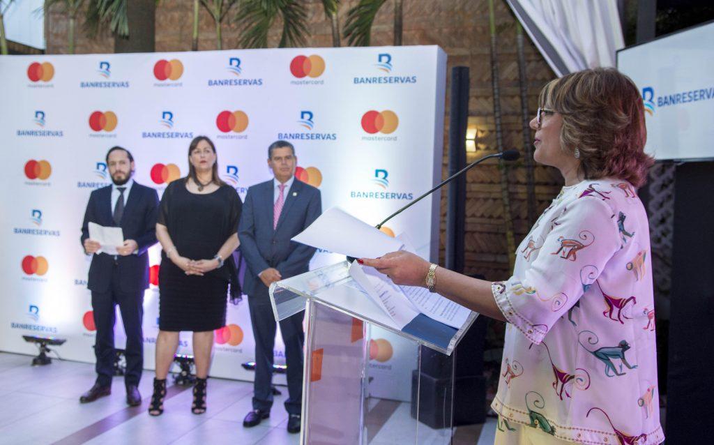 Antonia Subero, directora general de Negocios Electrónicos de Banreservas, explica los detalles de la nueva Tarjeta de Débito Negocios.