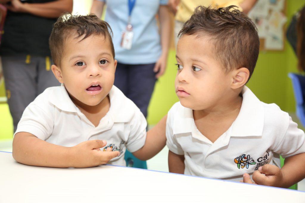 Niños del CAID Santiago participan en talleres de arqueología y cultura indígena.
