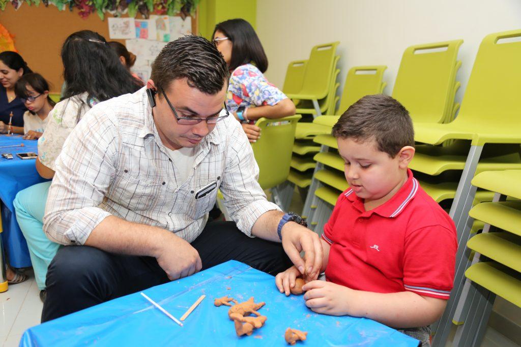 Niños del CAID participan en talleres de arqueología y cultura indígena.