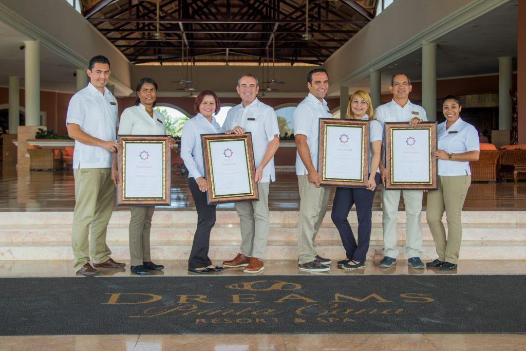 DREAMS PUNTA CANA, al centro el Sr. Jorge Puente, gerente general, junto a su equipo recibiendo la certificación.