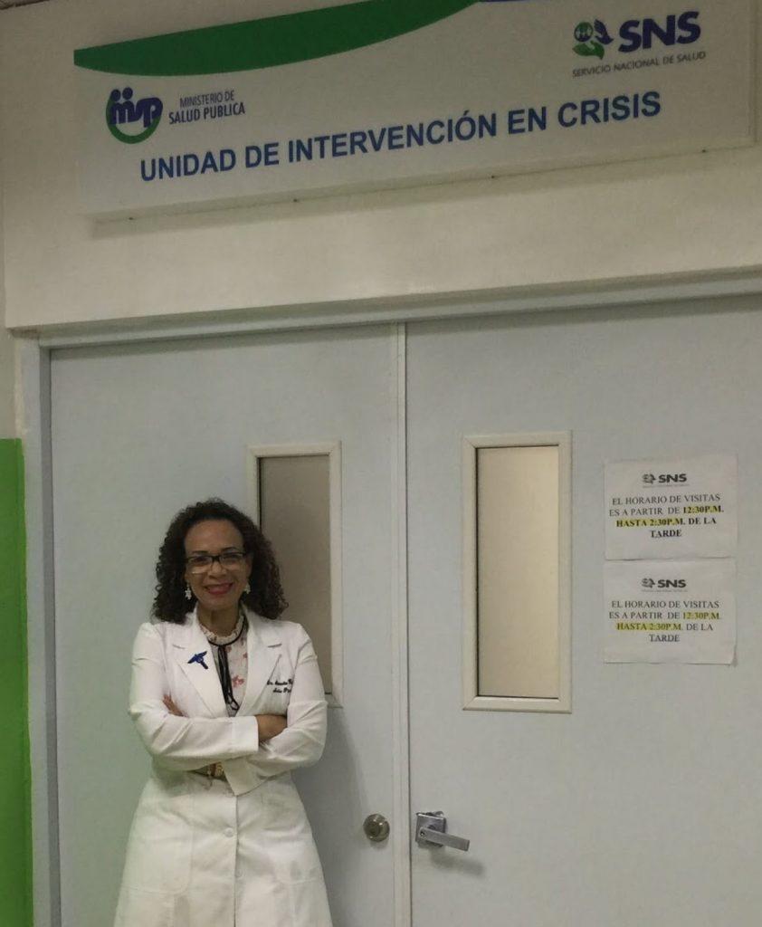 La doctora Alexandra Hichez en su centro laboral en RD