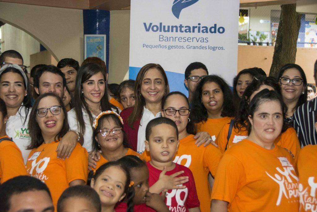 """Jacqueline Ortiz de Lizardo, comparte con niños y jóvenes de la """"Fundación Yo también Puedo"""", que propicia la inserción social de personas con discapacidad."""
