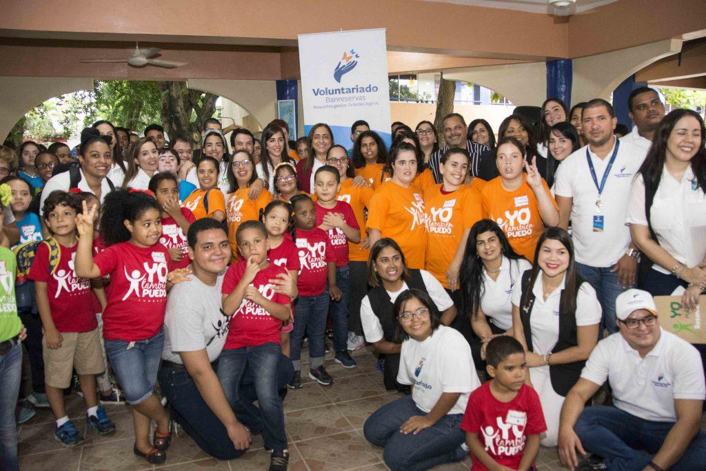 """La presidenta del Voluntariado Banreservas, Jacqueline Ortiz de Lizardo, participa en un emotivo acto con niños y jóvenes de """"Fundación Yo también puedo""""."""