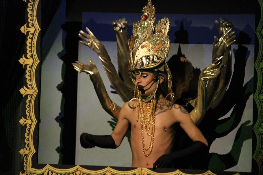 Rauxa Show es un espectáculo de Cabaret & Burlesque dirigido al público adulto .
