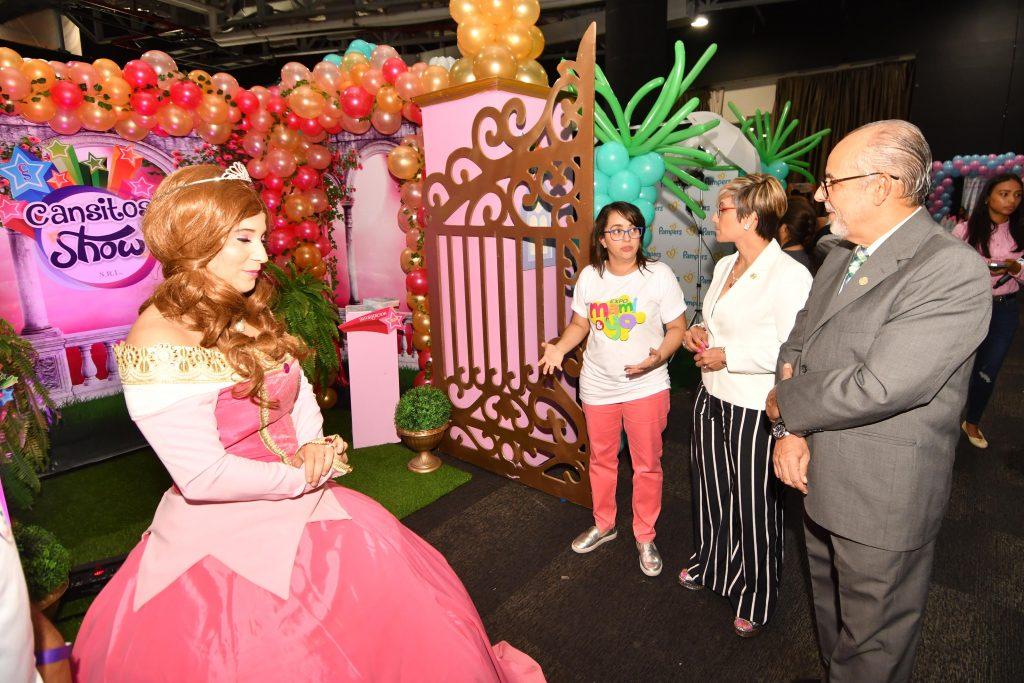 Nazzira Santana, Allan Vargas y Sandra D´Aleman, en un recorrido por la Expo.