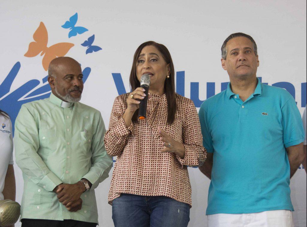 Jacqueline Ortiz de Lizardo, encabeza iniciativa a favor de la niñez, en El Dique, cercano al río Ozama. La acompañan el sacerdote Manuel Ruiz, y Rienzi Pared Pérez.