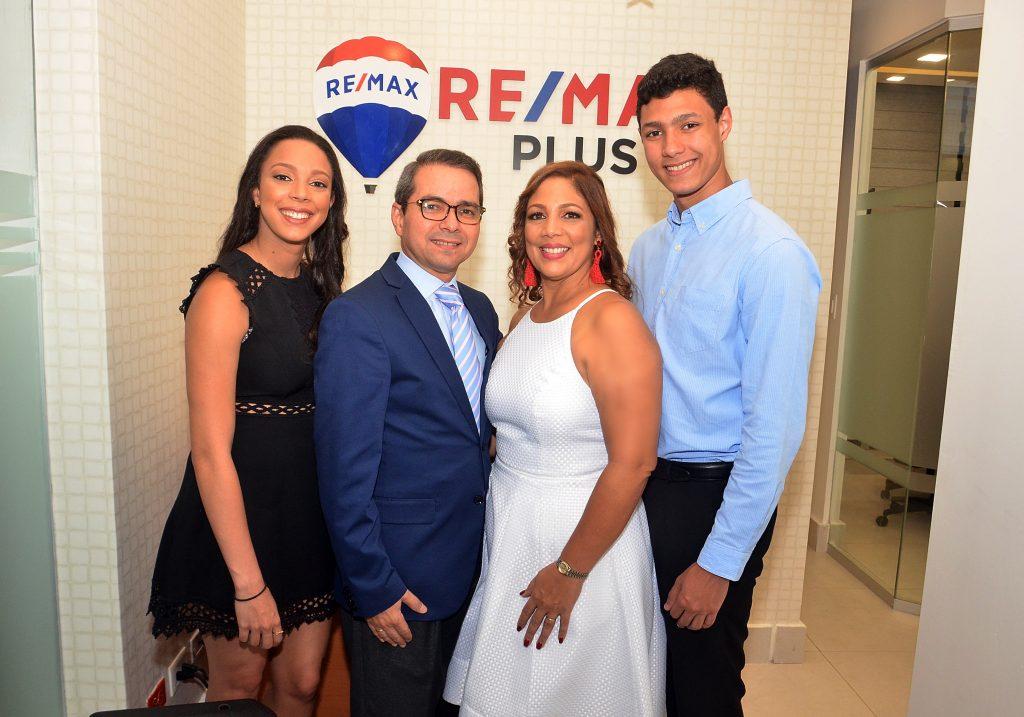 Melissa Camilo, Elvis Camilo, Eliana Guerrero de Camilo y Giancarlo Camilo(Principal)