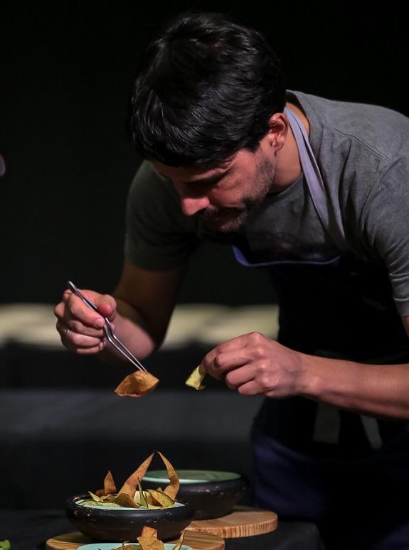 Chef Virgilio durante la preparación de la receta especial