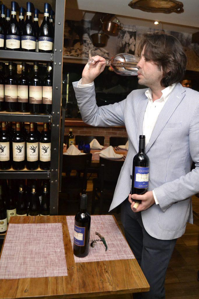 El enologo, cata el vino Brunello Di Montalcino
