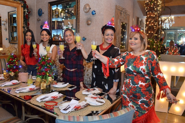 Brindi navideño. Jacmi Minaya, Kharla Polonia, Jesica Bonifacio, Isabel Perez y Rommy Grullon.