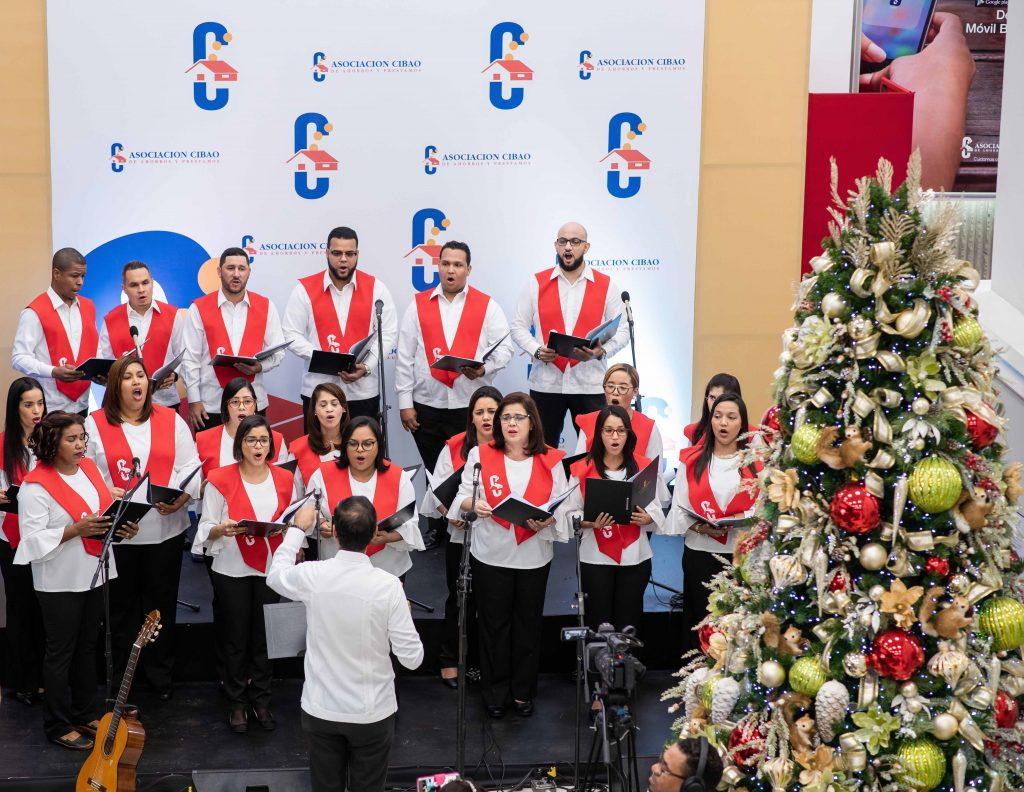 Coro ACAP entonando cánticos de Navidad.