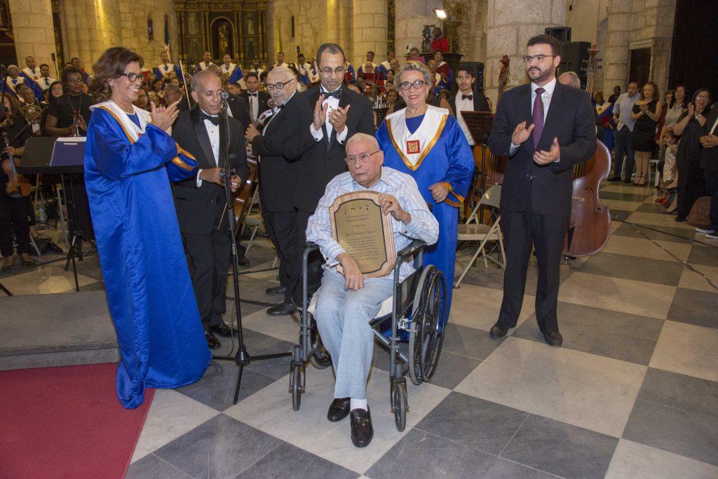 José E. Delmonte recibe un reconocimiento por sus años de servicio en el Coro de la Catedral Primada de América, del cual es miembro fundador y director asesor.
