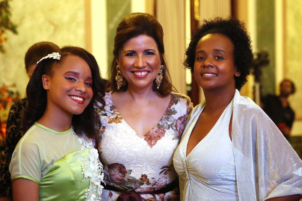 """Margarita Cedeño, comparte con familiares y amigos de las agasajadas en la actividad """"Primavera de Sueños""""."""