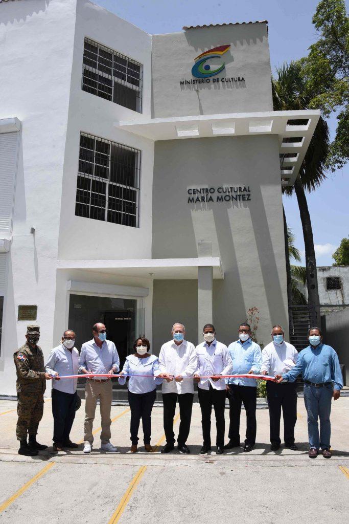 El ministro Eduardo Selman corta la cinta para dejar inaugurado el centro cultural María Montez,